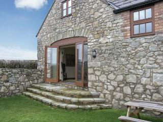 THE GRANARY, family friendly, country holiday cottage, with a garden in Pen-Y-Ce