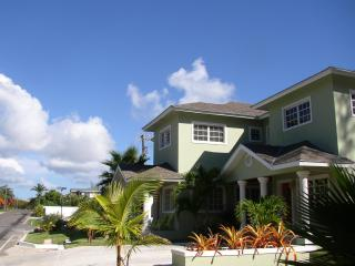 Prince Adam Villas-East - Two Minutes from Beach, Nassau