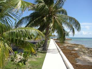 Walking trail on Yamacraw beach