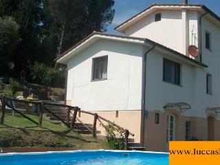 TRIFOGLIO LUCCA stunning view, pool garden private / with 2 bedroom ; 6 sleeps, Lucca