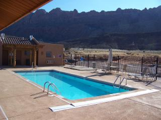 GREAT RATES-WiFi,Pool&Hot Tub, W&D, King bed in Master. 1600 Sq.Ft