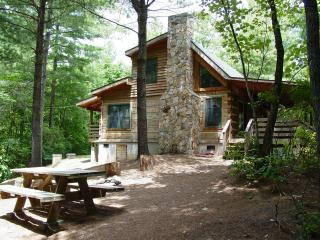 Secluded Honeymoon Cabin/Hot Tub/WiFi/Hiking/Fire Pit/Fishing/Waterfalls/Picnic