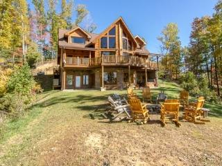 'Cherokee Lodge' Luxury 5 BR Cabin, Fire Pit, Mtn View, Sleeps 24, Comm Pool