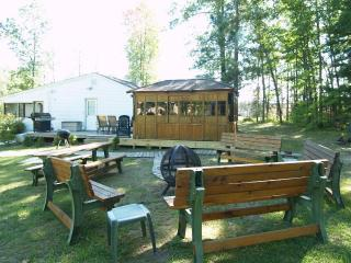 Tons of Outdoor Seating, 2 BBQ's, Hot Tub Gazebo