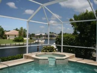 Marco Getaway - 3 BR waterfront home w/dock & pool, Isla Marco