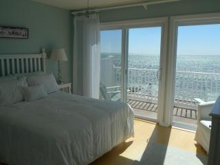 Waterfront/Beachfront Townhouse - Cape Cod Bay!! Wake up on the Waterfront!, Truro