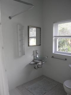 ensuite bathroom, shower, glass washbasin, WC, plenty of towels
