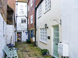 JET COTTAGE, pet friendly, character holiday cottage in Whitby, Ref 5268