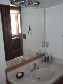 1/2 bath middle bedroom