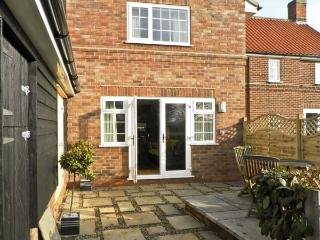GROVE COTTAGE, family friendly, country holiday cottage, with hot tub in Malton,