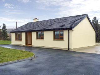 TARA HOUSE, family-friendly holiday cottage, all ground floor, open fire, rural views, in Dungloe, Ref 4541