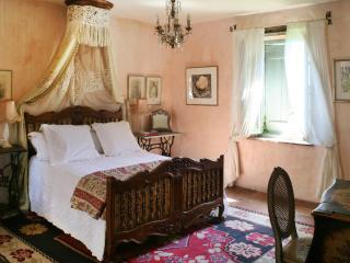 The en suite bedroom with kingsize bed.