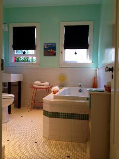Bath w/ jacuzzi tub