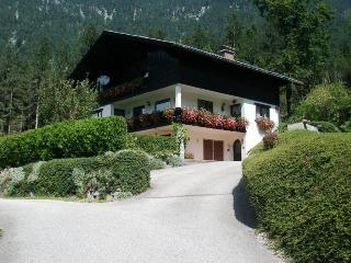 Gorgeous 6 bed house balcony, garden, wifi, sauna, Obertraun