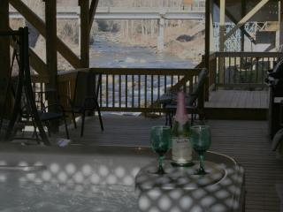 1Br HOT TUB 10ft above River FIRE PLACE 16x40 DECK