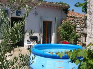 Cottage with sunny private garden and plunge pool, Pouzolles