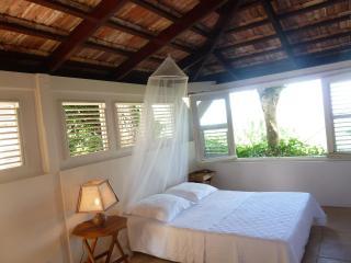 la chambre atlantique avec ses jalousies et fenêtre ouverts sur la vue et sur les îlets du François