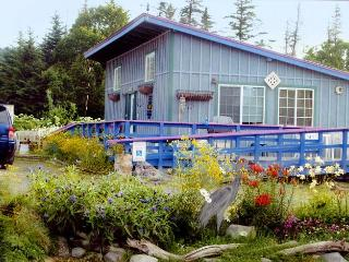 Garden Shed Cottage: 2 bdrm, 2 blocks from beach