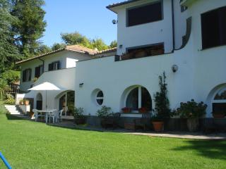 Cosy  2bds apartment in villa with pool north Rome, Formello