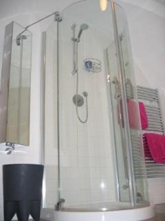 Main bathroom with shower, toilet, bidet and sink