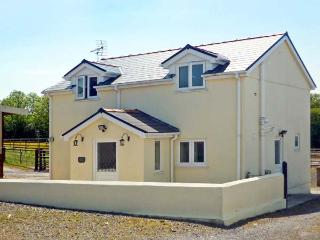 SADDLER'S COTTAGE, family friendly, country holiday cottage, with a garden in Cl