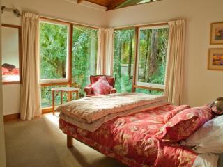 Bedroom (queen bed) ...