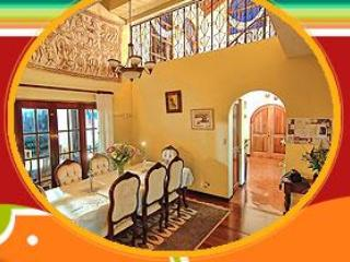 Just 10 min from S.J. Airport in a quiet, Residential area.wifi./pvt. ba/ceilng fans/Ref/Hot water.