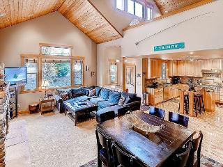 High End Roslyn Ridge Cabin |WiFi, Hot Tub, Slps10| Weekday Free Nights, Cle Elum