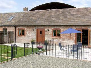 THE COW HOUSE, pet friendly, character holiday cottage, with pool in Weston, Ref 4116, Weston-under-Redcastle