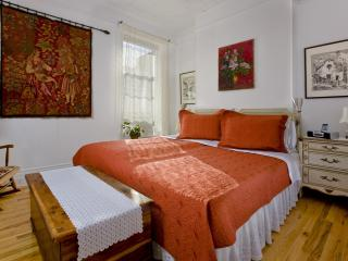 Secret townhouse 2BR in Greenpoint, Brooklyn