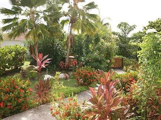 Hibiscus Retreat - 2 Cottages in beautiful tropical garden