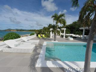 LA PERLA BIANCA....dazzling 1 BR beachfront love nest, very special indeed!