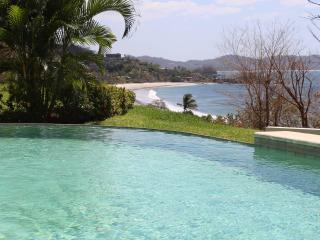 Luxurious 2 Bdrm Ocean View Condo in Flamingo
