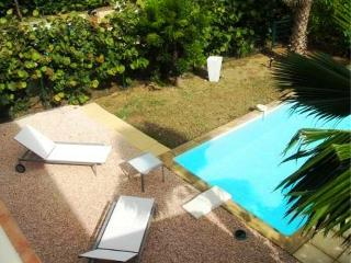 ESTHER... 2 bedroom affordable townhome with private pool, short, easy walk to Orient beach!, Orient Bay