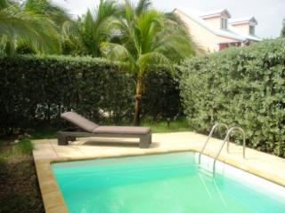 ORSON... affordable 2 bedroom townhome with private pool, 1 block to Orient beach!, Orient Bay