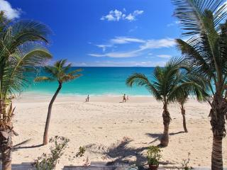 ATLANTIS...* COCO BEACH CLUB...Located right on the beach at Simpson Bay!, bahía de Simpson