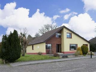 5 CASTLE VIEW, family friendly, country holiday cottage, with a garden in