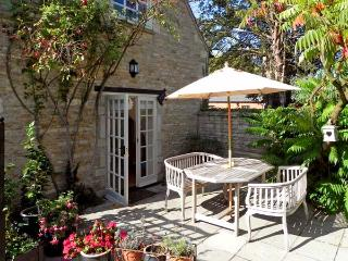 THE BARN, king-size bed, character holiday cottage, with a garden in Glinton, Re