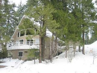 Beautiful, Clean & Bright 3 Bdrm Chalet, 5 minute walk to the Lake!