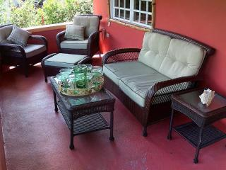 8 Seat SUV -1 Block to Malecon - Kid/Baby friendly, Isla de Vieques