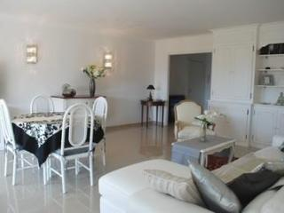 Wonderful 2 Bedroom Flat, Le Vezelay, with Views of the Bay of Cannes