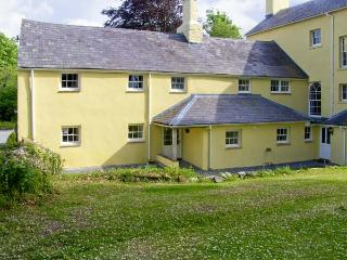 THE BRAMBLES, family friendly, character holiday cottage, with a garden in Carma