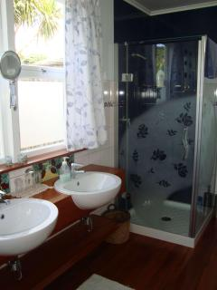 COTTAGE, double ensuite bathroom also with sunken bath