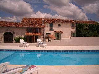 4 cottages:  large swimming pool & stunning views, Chavenat