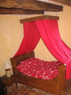 2 rue du fort, canopied bed in the third floor bedroom