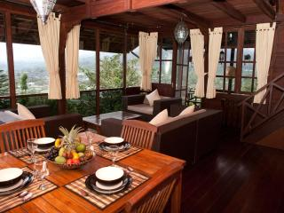 Mountain Lakeside Villa. Amazing views. Daily maid