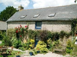 Mimosa Cottage a Beautiful 3-Bedroom 15C Cottage, Langonnet