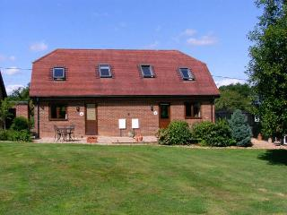 MOLE HILL COTTAGE, romantic, country holiday cottage, with a garden in