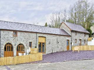 MILLER'S COTTAGE, pet friendly, luxury holiday cottage, with hot tub in Llandysu