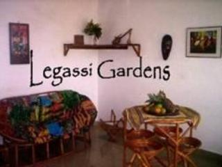 Short stay furnished eco-garden flat: 1-5 guests, Acra
